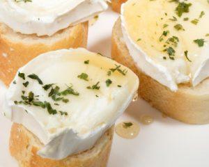 i123670-fromage-de-chevre-gratine-au-miel-et-basilic